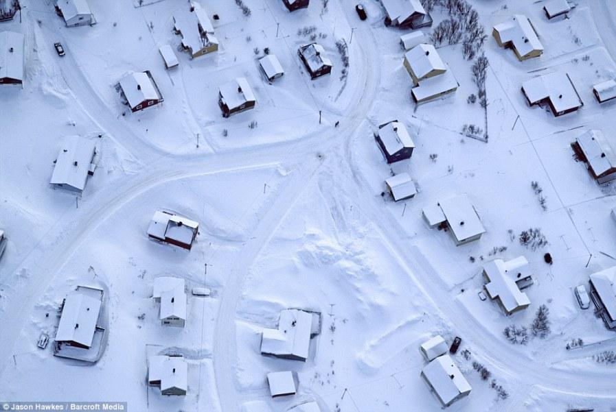 НОРВЕГИЯ: Заснеженные дома выглядят весьма безжизненно в самый разгар зимы