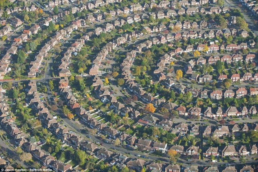ЛОНДОН: Круговая панорама домов на северо-восточной окраине города