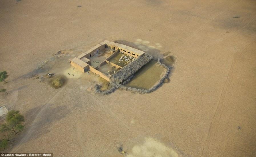 МАРОККО: дом с овчиной шерстью стоит в одиночестве посреди пустыни