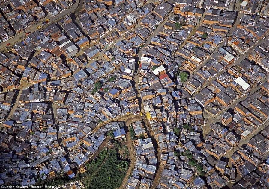 МЕДЕЛЬИН, Колумбия: трущобы города состоят из скалистых извилистых дорог и лачуг с металлическими крышами