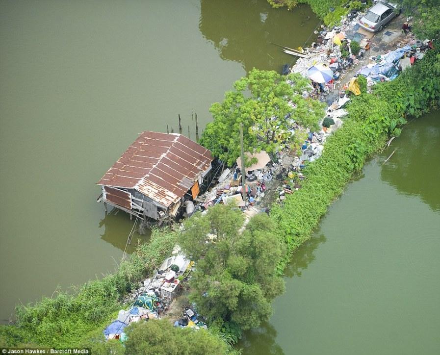 ГОНКОНГ: Вдали от небоскребов, хижина обеспечивает крышу над головой одному из множества беднейших граждан страны