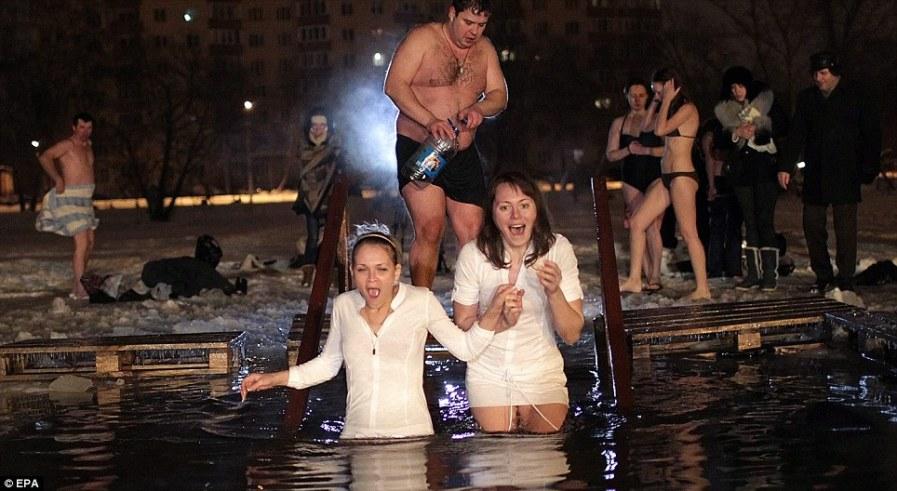 Такой ритуал не всегда безопасен, нужно иметь крепкое сердце, ведь шок от ледяной воды очень серьезен
