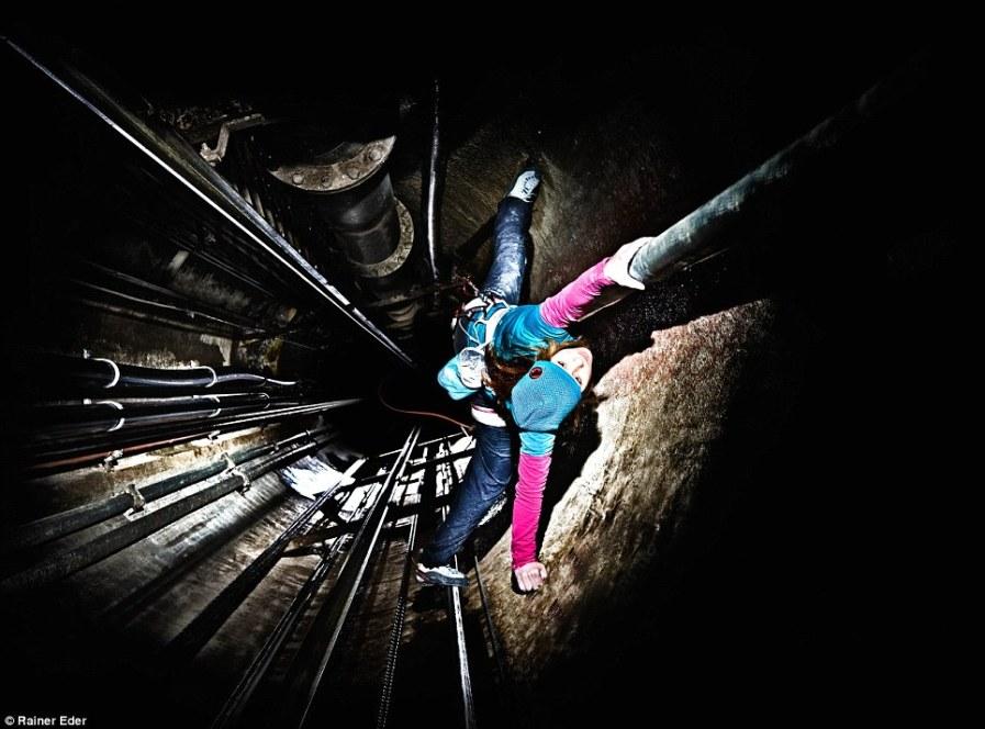 Christina Schmid в лифтовой шахте в Отеле Гримзель