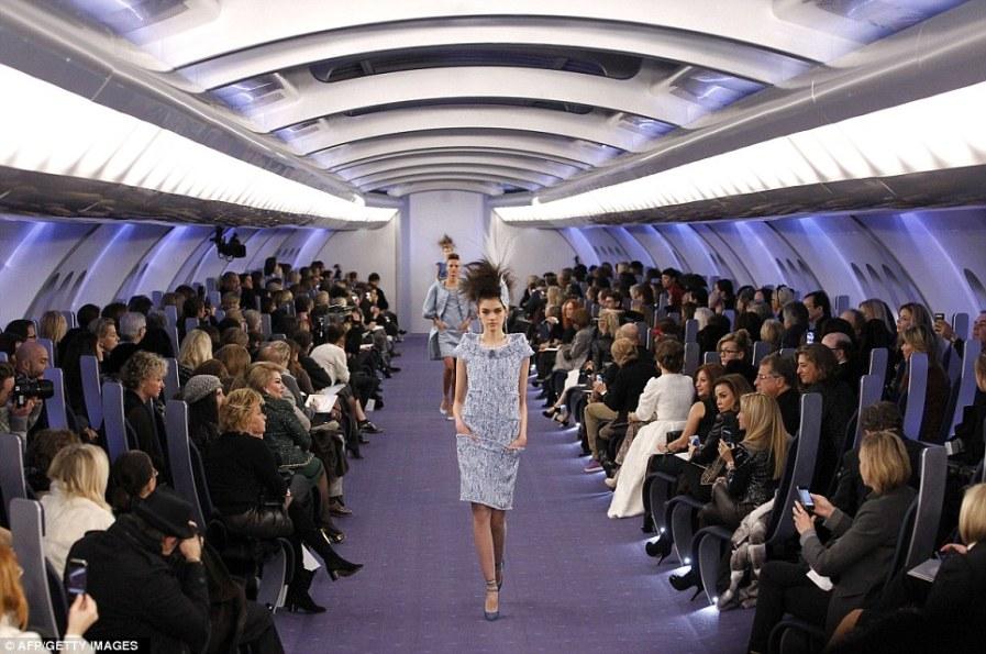 Гран-Пале в Париже - самолет для Chanel Haute Couture шоу