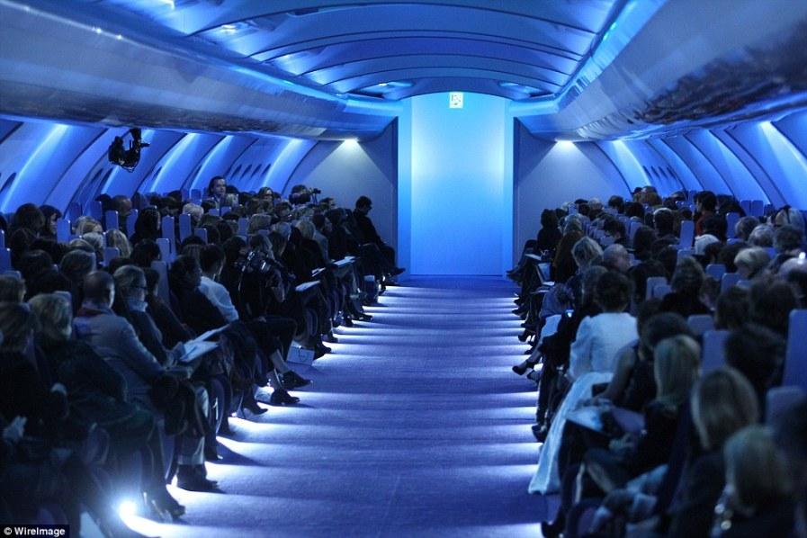 Высокий полет от Карла Лагерфельда - настоящий самолет для показа Шанель