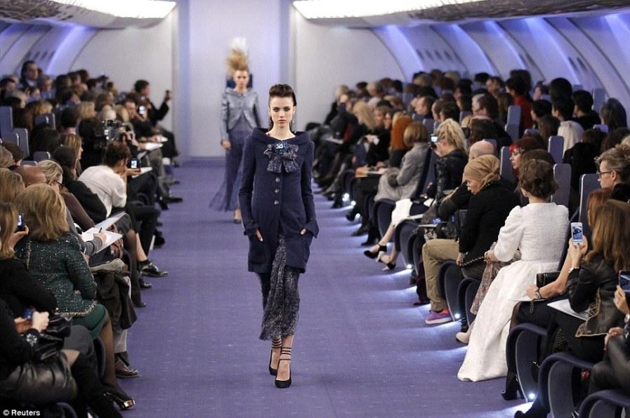 Своеобразные стюардессы в костюмах Шанель