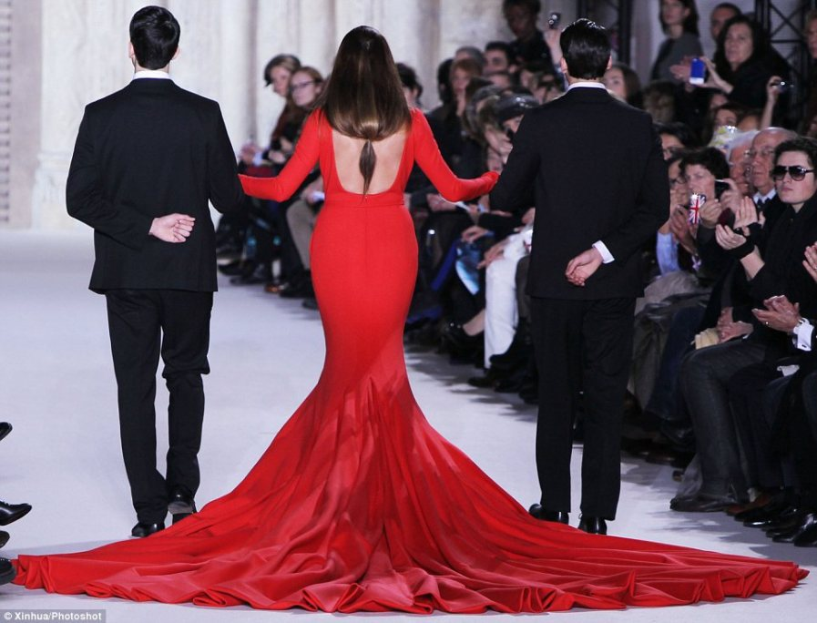 Красивый силуэт: красная шелковая юбка красиво ниспадала, демонстрируя завидную фигуру 47-летней модели