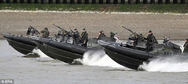 Учения королевской морской пехоты и лондонской полиции на Темзе