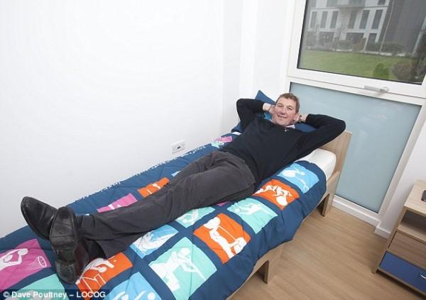 Олимпийское постельное белье (на кровати олимпийский чемпион Мэттью Пинсент)