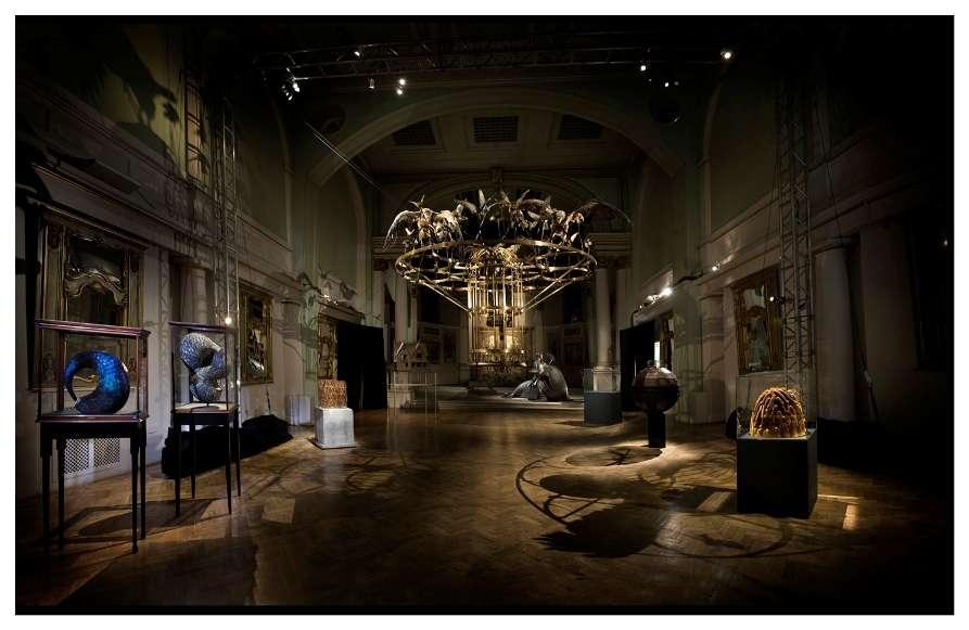 Выставка перьевых скульптур в All Visual Arts