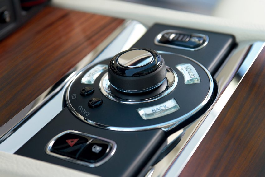 Несколько клавиш на центральной консоли Rolls-Royce Ghost - четкая организация управления бортовым компьютером