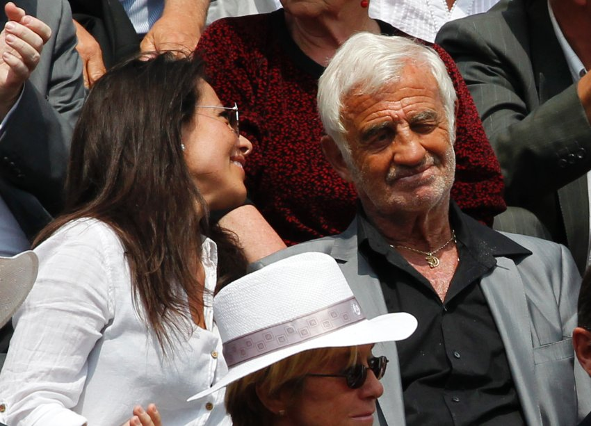 Бельмондо со своей девушкой Барбарой Гандольфи в теннисном матче в Париже в июне 2010 года