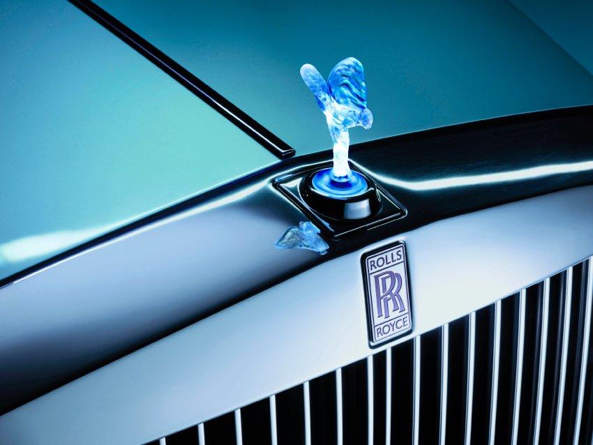 Эмили украшает серебряный капот Rolls-Royce - модели с электрическим двигателем
