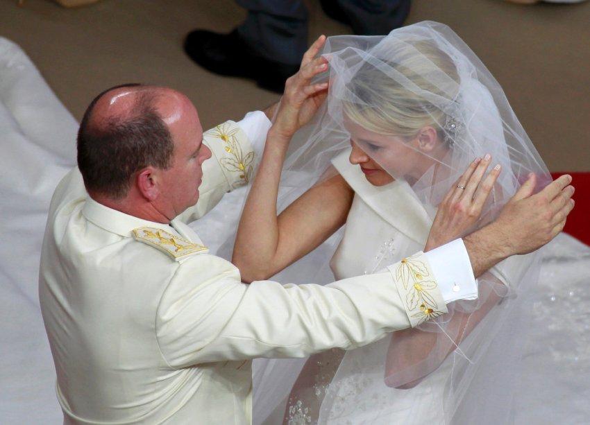 Чарлин, бывшая пловчиха, является женой принца Монако Альберта с июля 2011 года