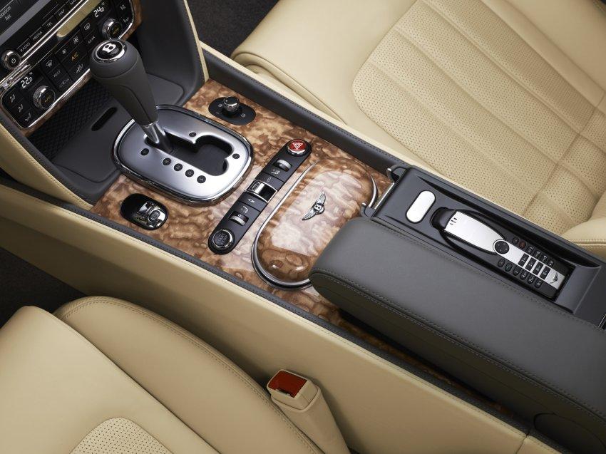 Трудный выбор: Bentley предлагает 17 различных цветов кожи и 7 пород древесины. Вот классическое сочетание бежевого и грецкого ореха