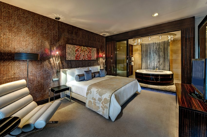 Президентский номер - 2500 евро за ночь, 140 квадратных метров, джакузи, четыре телевизора, кожаные стены