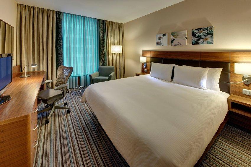 Более дешевый вариант - Hilton Garden Inn, номера от 119 до 329 евро за ночь