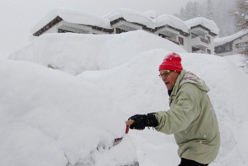 Мужчина в Давосе пытается найти свою машину