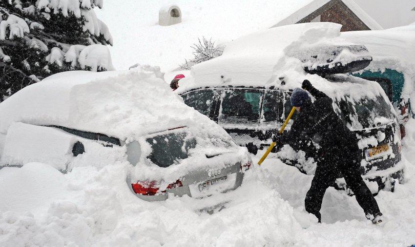 Туристы вынуждены ежедневно откапывать свои автомобили