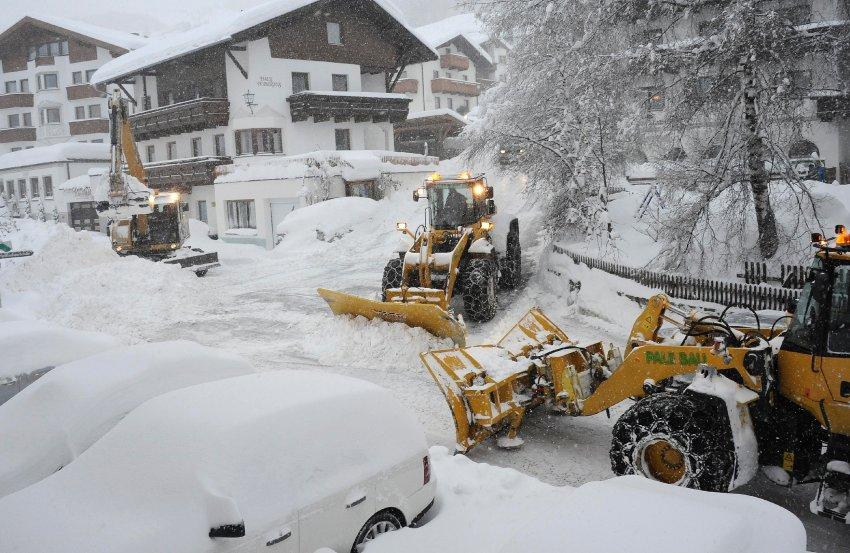 В австрийском городе Fiss весь день работала тяжелая техника, пытаясь привести дороги в порядок