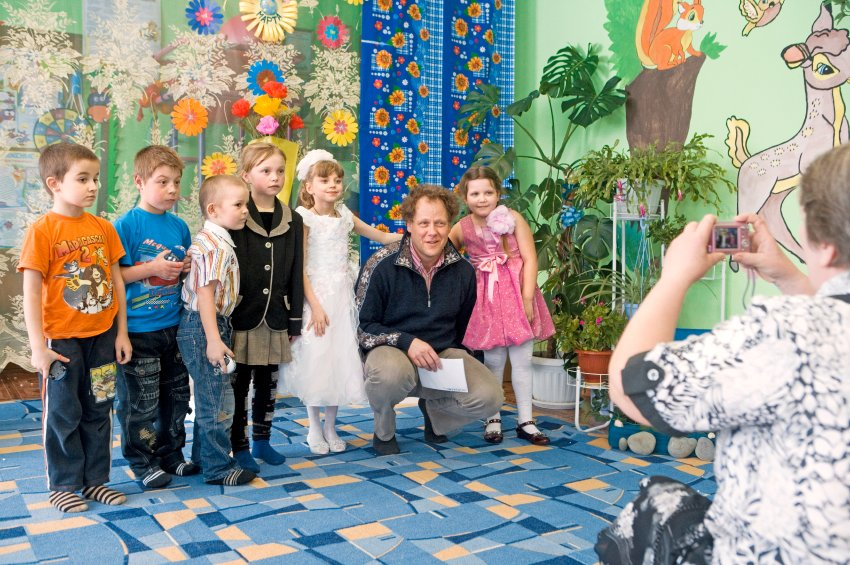 Господин Дюрр в детском саду, который построила его компания