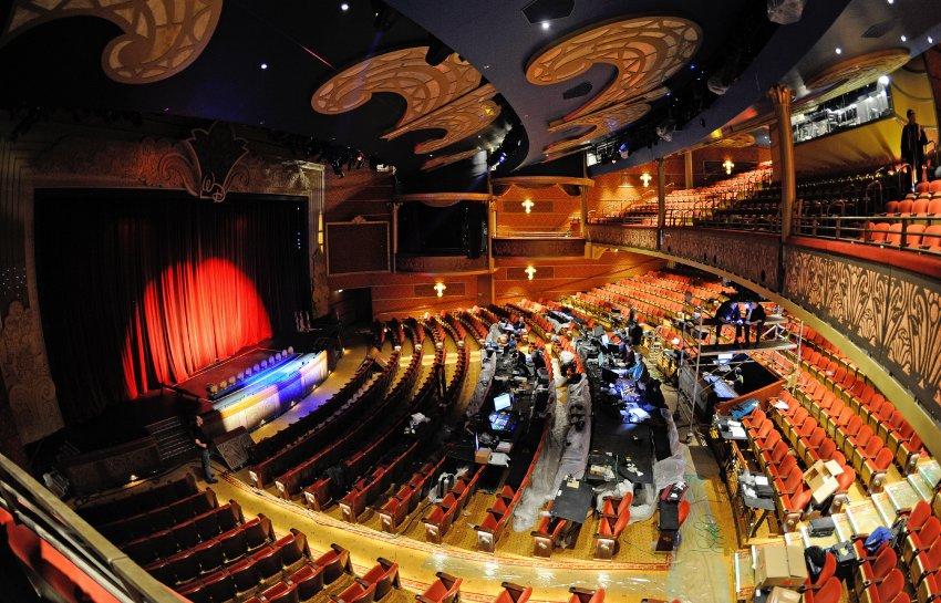 В корабельном Театре идет настройка света и звука