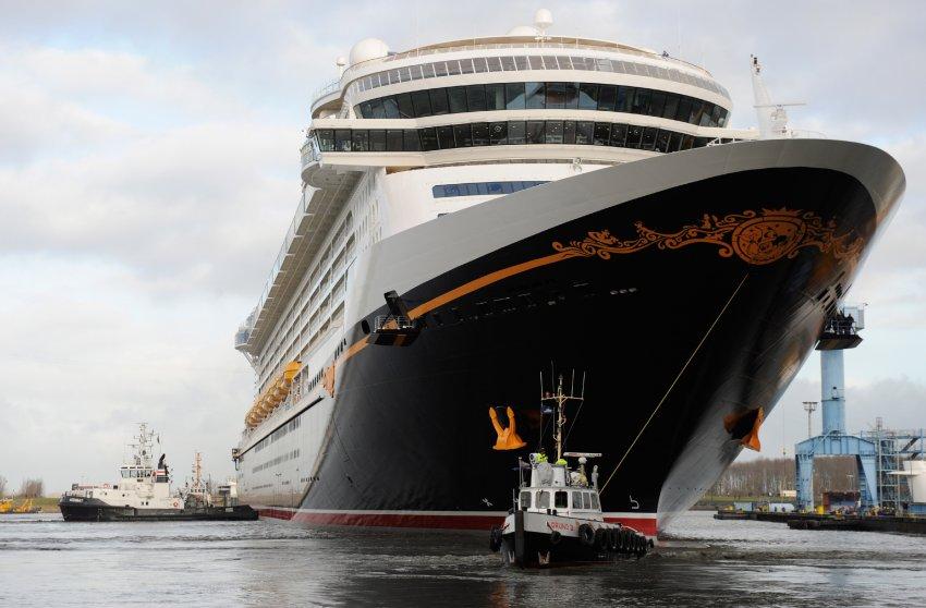 Нос корабля украшен эмблемой Микки Мауса