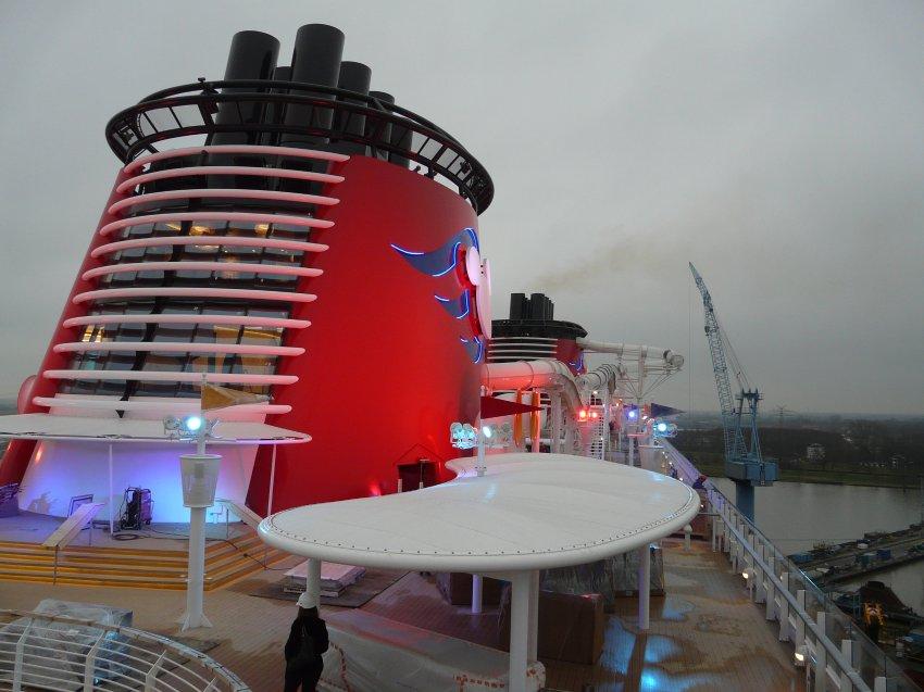 Труба корабля является игровой площадкой для детей и вмещает 233-метровую водную горку