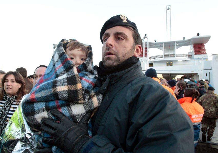 Спасенный ребенок на руках у полицейского