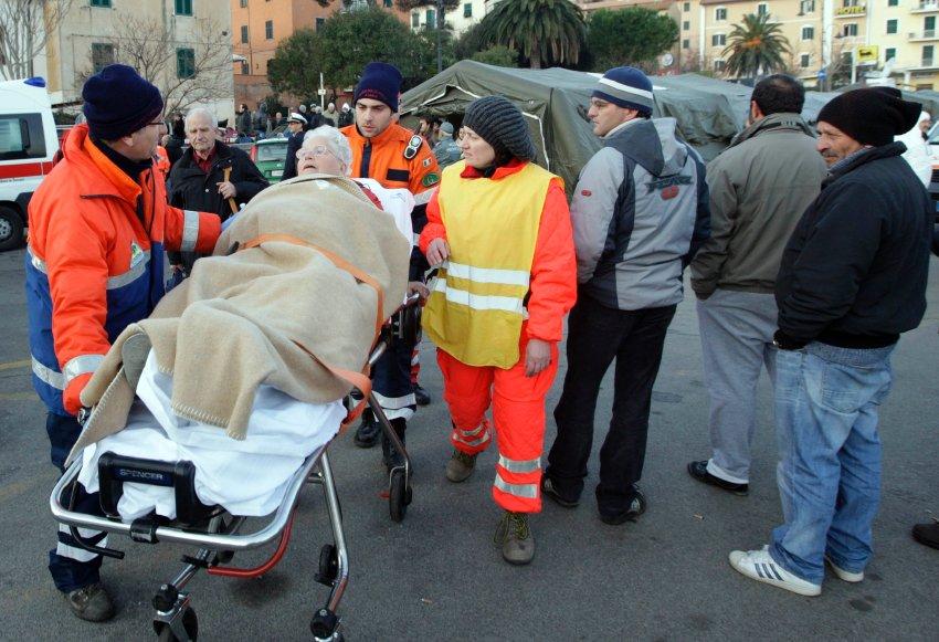 Медики оказывают помощь спасенным пассажирам