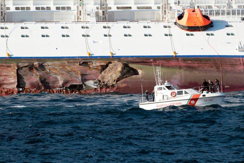 Разрушенный борт судна о прибрежные скалы