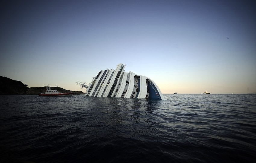 Половина судна Costa Concordia находится под водой