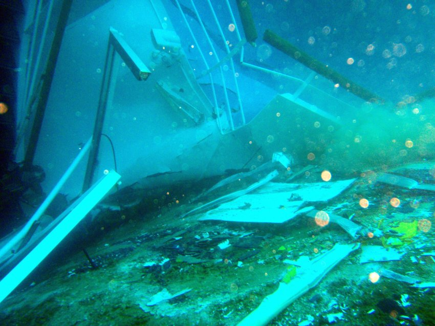 Обломки судна разбросаны по всему прибрежью