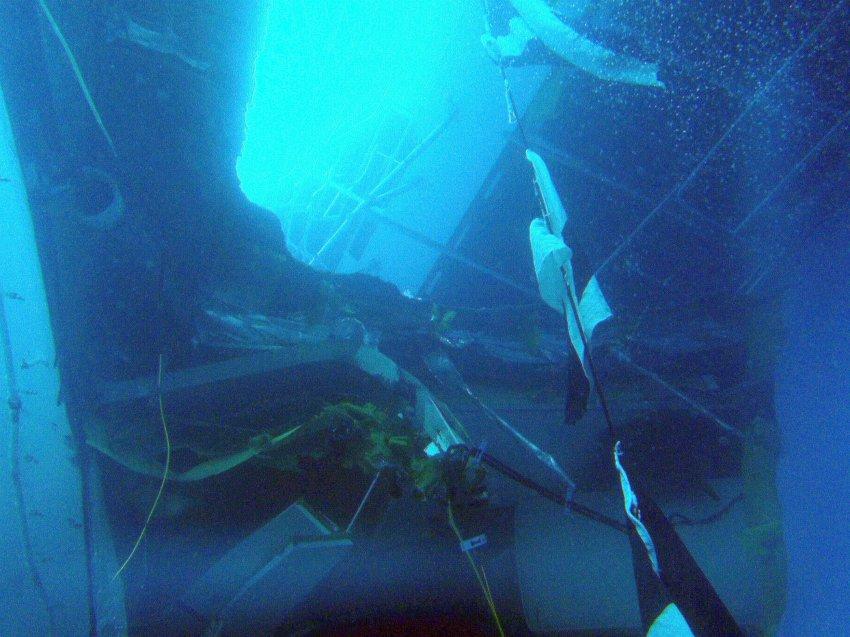Гигантский лайнер затонул в 150 метрах от берега