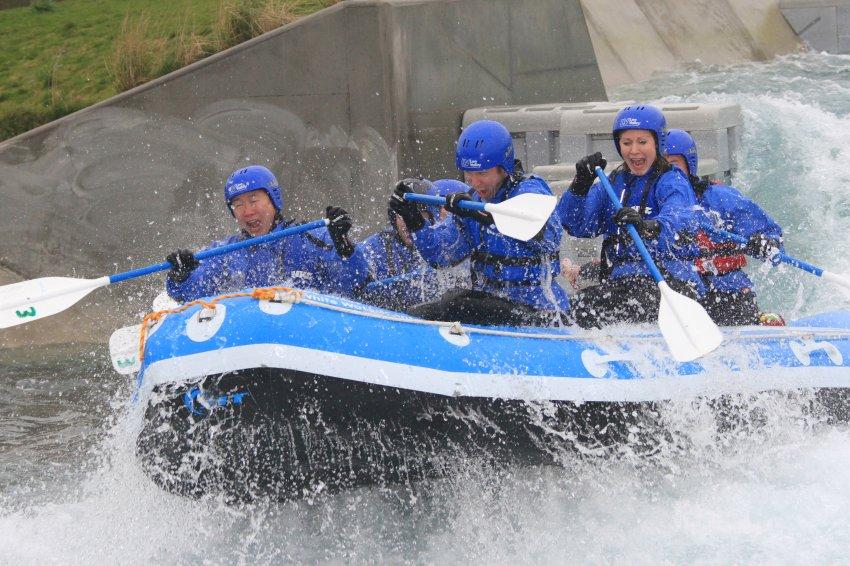 Любители экстрима развлекаются на Whitewater канале