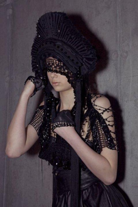 Творения из грубой сетки и богато украшенными головными уборами - Augustin Teboul