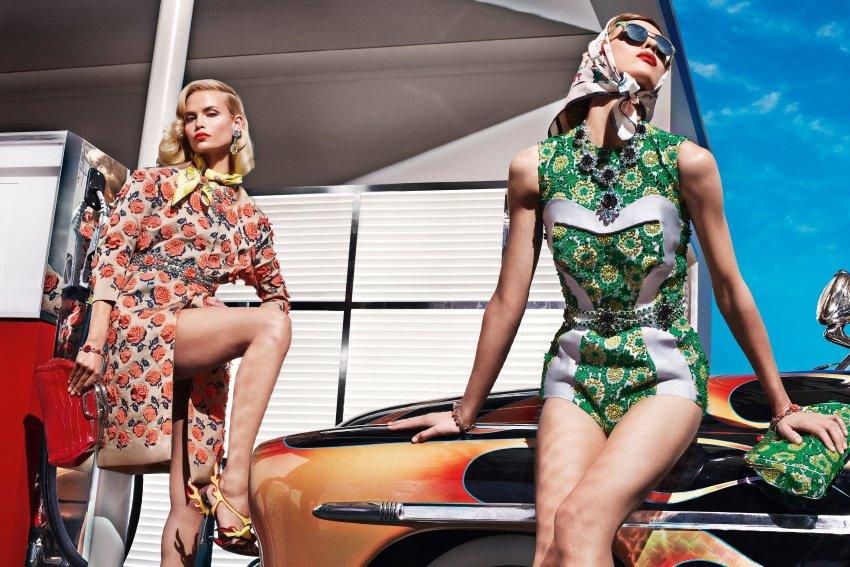Презентация Prada на фоне автомобиля Hot Rods