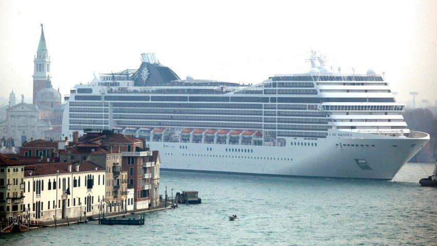 MSC Magnifica, составляющий 293 метра в длину, проплывает по Венеции 23 января 2012 года