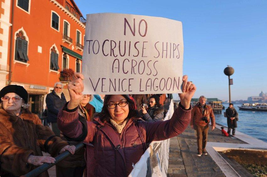 Протесты местных жителей против круизных кораблей в лагуне Венеции