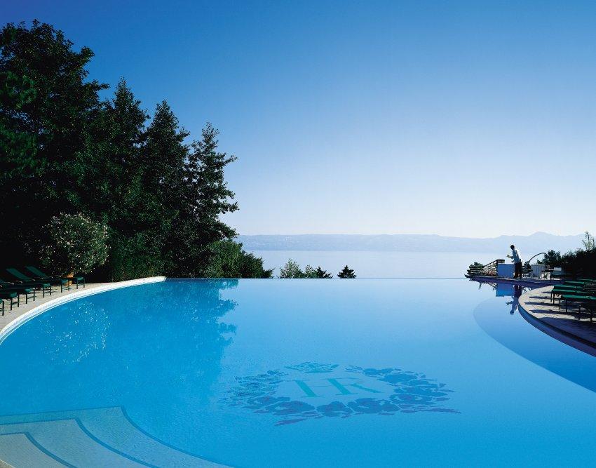 Бассейн с видом на Женевское озеро, отель Evian Royal Resort