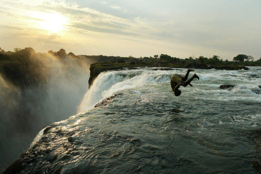 Природный бассейн Дьявола в Замбии, высота 110 метров