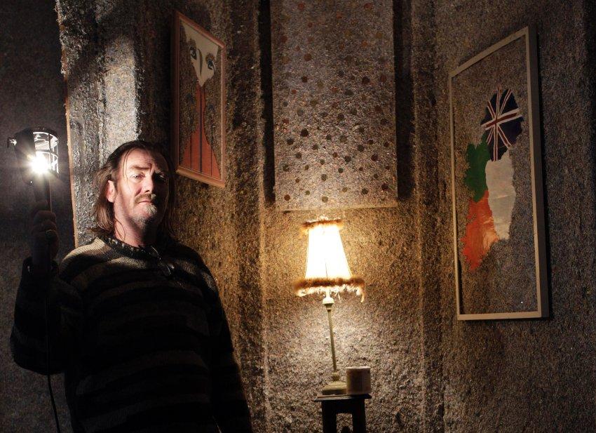 Стены своего денежного местожительства Бакли украсил стильно