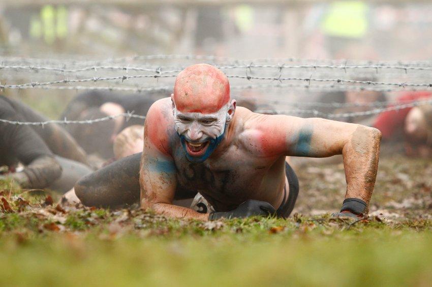 Колючая проволока - тоже препятствие для смелых участников