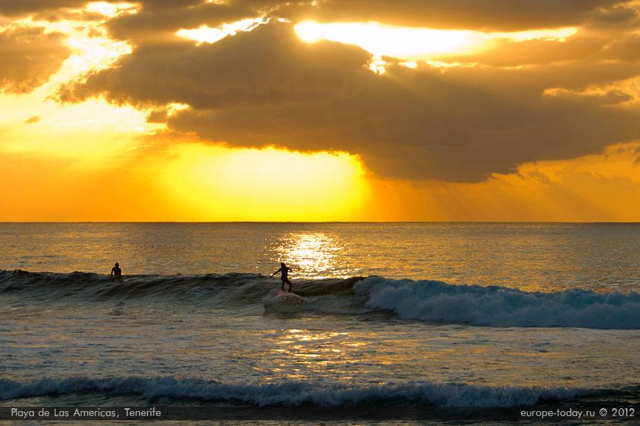 Серфинг в Лас Америкас на закате солнца