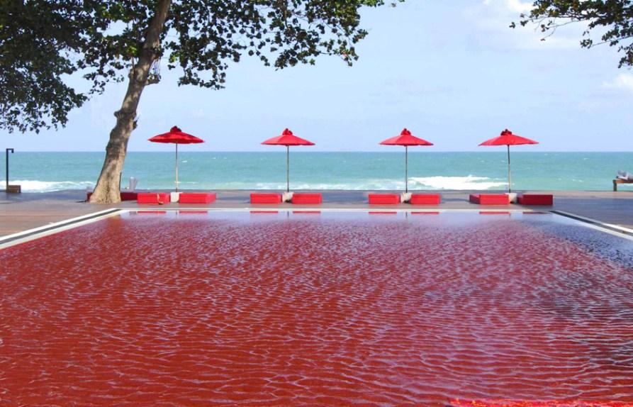 Весь бассейн выложен красной, оранжевой и желтой плиткой