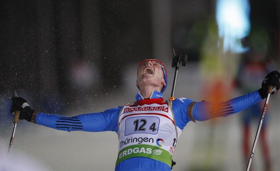 Лукас Хофер из итальянской сборной радуется победе, вырваной у сборной России
