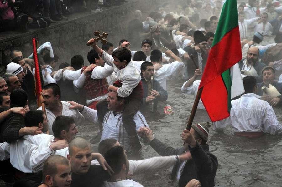 Традиционный танец Хоро в ледяной воде реки Тунджа 6 января