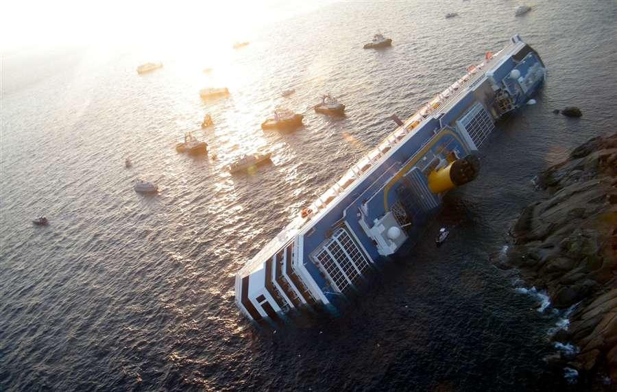 Жалкий вид, еще недавно великолепного судна, Costa Concordia
