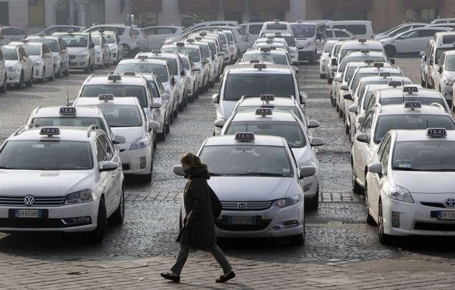 Такси в центре города Болонья 23 января