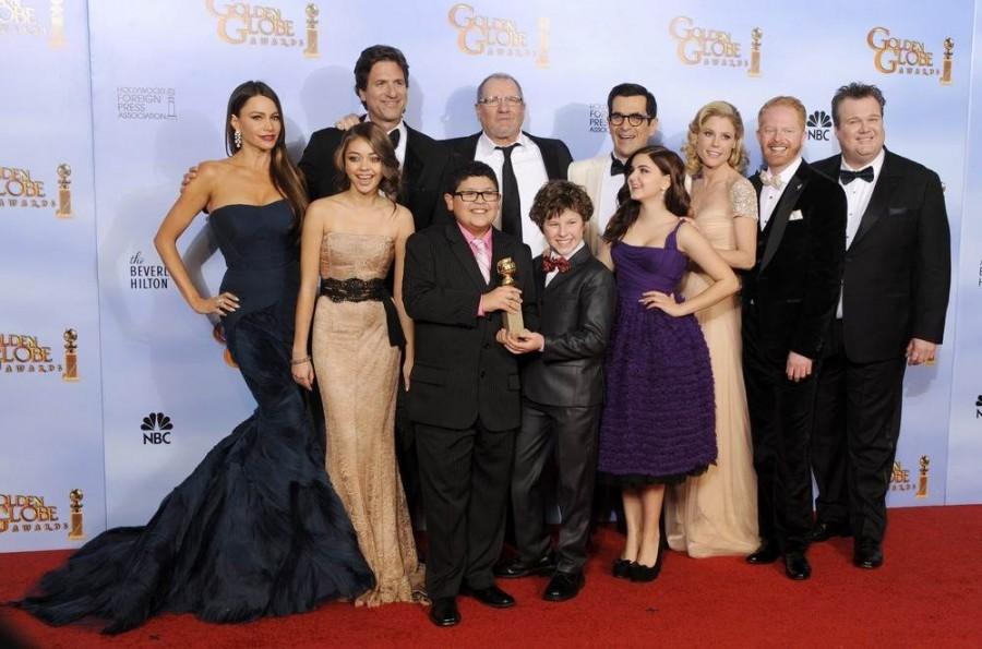 """Актерский состав АВС """"Modern Family"""" позируют с трофеем за лучшую телевизионную комедию"""